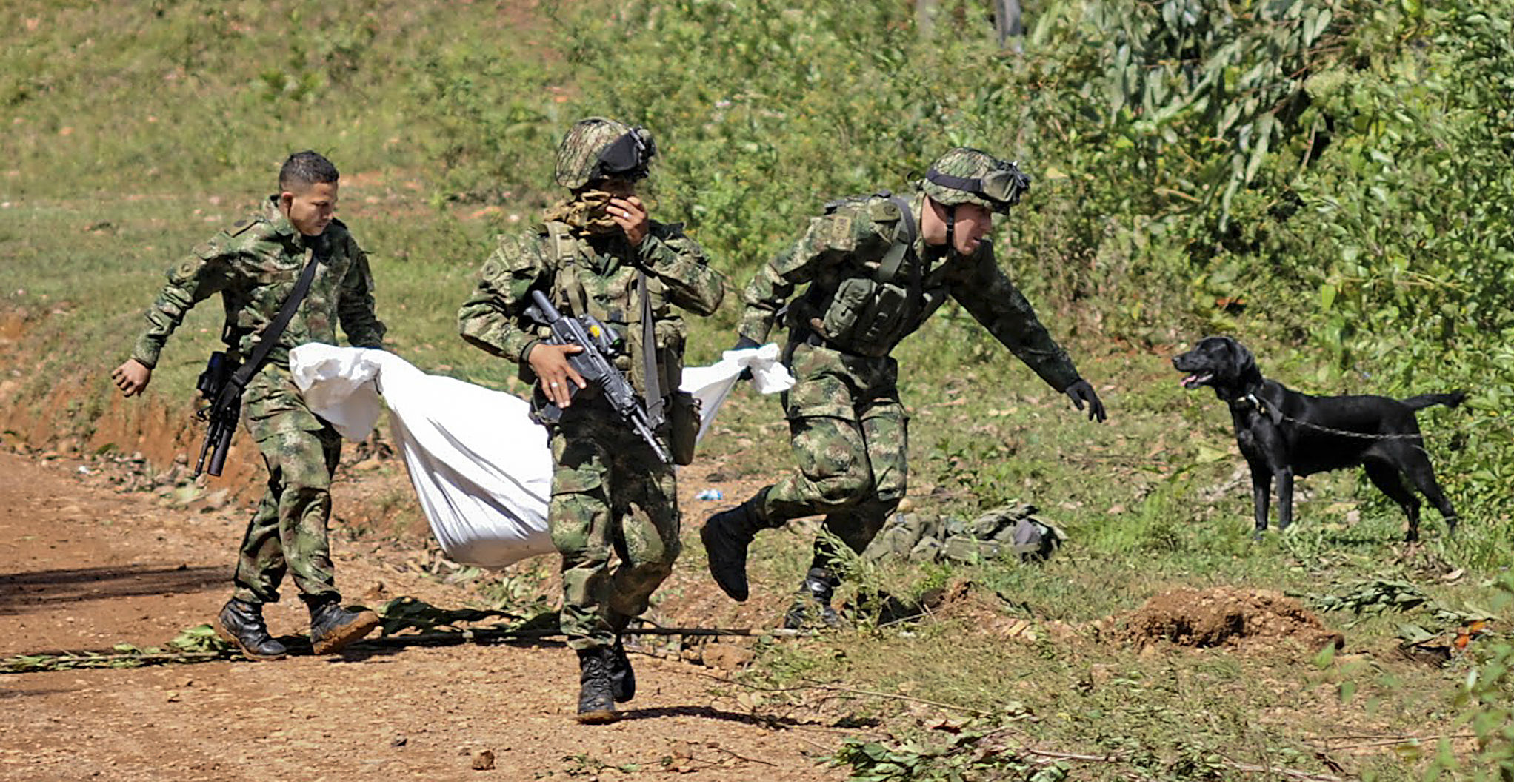 Colombian soldiers carry one of the corpses of comrades killed in an attack by rebels in the western province of Cauca on Wednesday. Photo: AFP