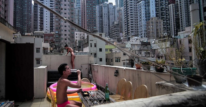 Many Hong Kong workers can hardly make ends meet with a monthly pay of HK$12,000 or even lower. Photo: Internet