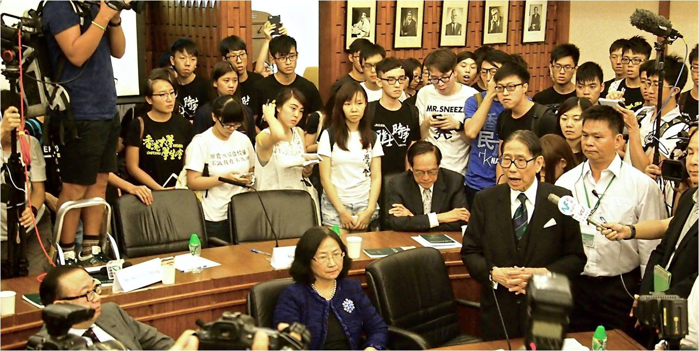 HKU council chairman Leong Che-hung talks to students after Tuesday's chaos. Photo: HKUSU facebook