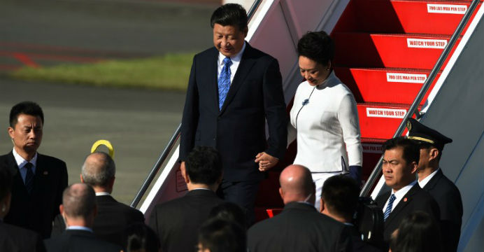 Xi Jinping and his wife, Peng Liyuan, arrive at Paine Field, near Seattle, Tuesday. Photo: AFP