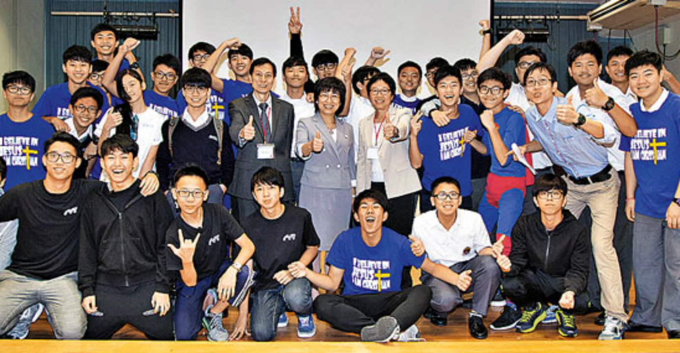 Kwong (center) poses for a picture with participants after an English musical performance. Photo: HKEJ