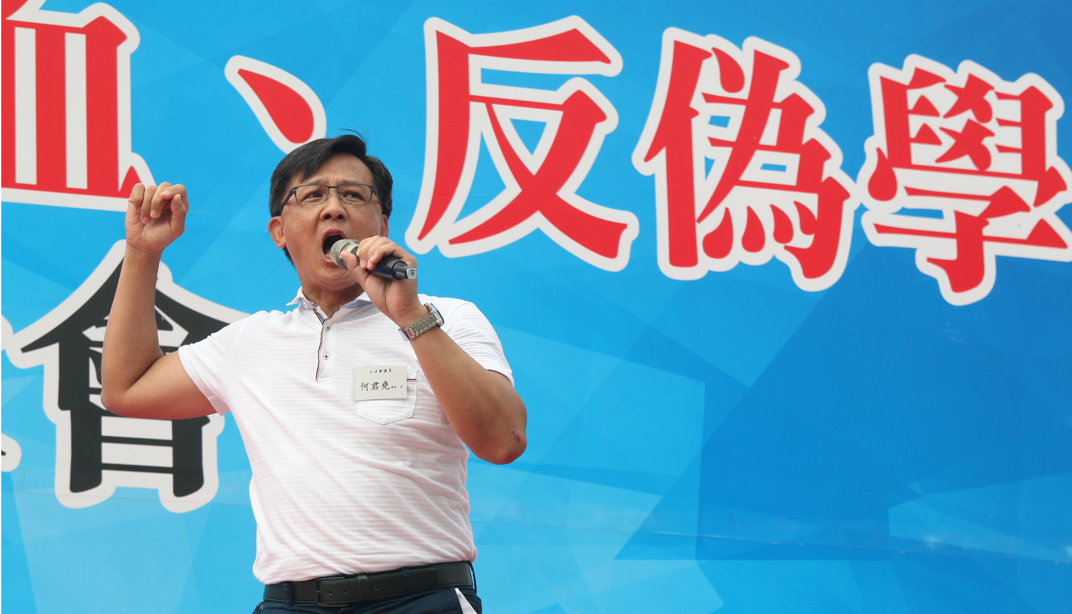 Legislator Junius Ho calls for violence against advocates of Hong Kong independence during a rally of Beijing loyalists at Tamar Park on Sunday. Photo: HKEJ